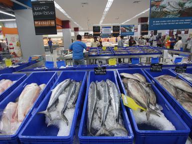 Pengunjung berbelanja di pusat perbelanjaan di Tangerang, Banten, (16/12). Dirjen Standardisasi dan Perlindungan Konsumen Kemendag menyosialisasikan aturan tentang Standar Nasional Indonesia dan label ke para pengusaha ritel. (Liputan6.com/Angga Yuniar)