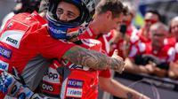 Ekspresi Andrea Dovizioso setelah merebut pole pada kualifikasi MotoGP Ceska di Sirkuit Brno, Sabtu (4/8/2018). (Twitter/Ducati Motor)