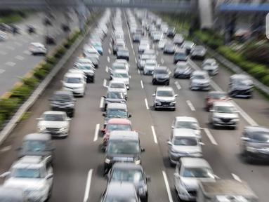 Kendaraan memadati ruas Tol Jagorawi, Jakarta Timur, Kamis (15/5/2021). Kepadatan kendaraan terjadi karena mobilitas warga untuk silaturahmi dan berlibur Lebaran. (Liputan6.com/Faizal Fanani)