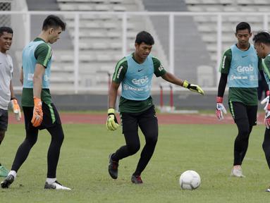 Para kiper Timnas Indonesia U-22 berlatih operan saat latihan di Stadion Madya, Jakarta, Jumat (18/1). Latihan ini merupakan persiapan jelang Piala AFF U-22. (Bola.com/Yoppy Renato)