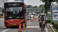 Pengguna sepeda saat berkeliling di Jalan Jenderal Soedirman, Jakarta, Minggu (11/10/2020). Pemprov DKI Jakarta juga memberi kelonggaran aktivitas perkantoran namun dengan pembatasan 50 persen dari kapasitas yang disediakan. (merdeka.com/Iqbal S. Nugroho)