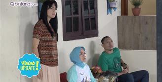 Citra Kirana harus berlogat Jawa dalam sinetron Orang-Orang Kampung Duku. Ada adegan bernyanyi pakai bahasa Jawa, Citra pun membuat contekan.