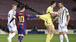 Striker Barcelona, Lionel Messi, menarik baju kiper Juventus, Gianluigi Buffon, pada laga Liga Champions di Stadion Camp Nou, Rabu (9/12/2020). Aksi La Pulga tersebut karena merasa frusatsi gagal membobol gawang Buffon. (AFP/Josep Lago)