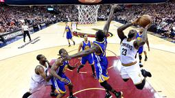 Forward Cavaliers, LeBron James #23 melakukan tembakan saat dihadang forward Warriors, Draymond Green #23 pada game ke-3 NBA Finals di Quicken Loans Arena, (9/6/2016) WIB. (Mandatory Credit: Bob Donnan-USA TODAY Sports)