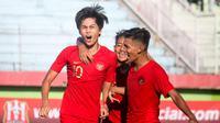 Striker Timnas Indonesia U-18, Rendy Juliansyah, merayakan gol bersama teman-temannya. (Bola.com/Zaidan Nazarul)