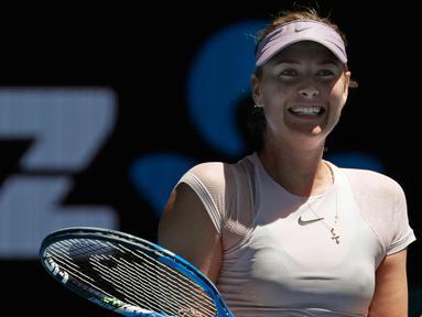 Petenis Rusia Maria Sharapova tersenyum setelah mengalahkan petenis Jerman, Tatjana Maria pada putaran pertama di kejuaraan tenis Australia Terbuka 2018 di Melbourne (16/1). Sharapova menang 6-1, 6-4. (AP Photo / Vincent Thian)