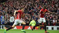 Bintang Manchester United, Paul Pogba (kanan) saat merayakan gol Ander Herrera (kiri) ke gawang Chelsea, pada laga lanjutan Premier League, di Stadion Old Trafford, Minggu (16/4/2017). (AFP/Oli Scarff).