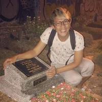 Aming saat berziarah ke makam anaknya, Afa Athaullah. Warganet menangis membaca keterangan foto yang diunggah Aming (Instagram/@amingisback)