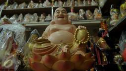 Patung bertema dewa-dewa dari aliran kepercayaan Kong Hu Cu berada di kawasan Medan Glodok Jakarta Barat, Kamis, (21/01). Patung - patung tersebut di impor dari Cina. (Liputan6.com/Faisal R Syam)