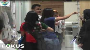 Selain Riri Febrianty, hadir juga ke Gedung Siber Polda Jatim artis Jessy Amalia dengan terus menutup wajahnya menghindari wartawan.