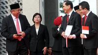 Gubernur BI Perry Warjiyo berbincang dengan Presdir BCA Jahja Setiaatmadja dan CEO Link Aja Danu Wicaksana pada peluncuran standar QR Code di kantor BI, Jakarta, Sabtu (17/8/2019). QR Code untuk pembayaran aplikasi uang elektronik QRIS efektif berlaku mulai 1 Januari 2020. (Liputan6.com/HO/Rizal)