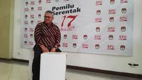 Ketua KPU Arief Budiman menunjukkan kotak suara Pemilu 2019. (Liputan6.com/Raden Trimutia Hatta)