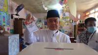 Nasrul Abit mencoblos di kampung halamannya di Painan Timur Painan IV Jurai Kabupaten Pesisir Selatan. (Liputan6/ Novia Harlina)