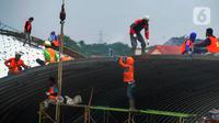 Pekerja memasang baja konstruksi saat pembangunan Flyover Gaplek di Jalan Martadinata,  Pamulang, Tangerang Selatan, Minggu (1/3/2020). Pembangunan Flyover Gaplek ditargetkan selesai pada tahun ini. (merdeka.com/Arie Basuki)
