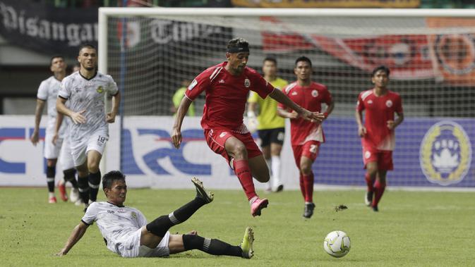 Gelandang Persija Jakarta, Bruno Matos, menghindari tekel saat melawan Bhayangkara FC pada laga Piala Indonesia di Stadion Patriot, Bekasi, Kamis (21/2). Persija menang 2-0 atas TIRA Persikabo. (Bola.com/Yoppy Renato)
