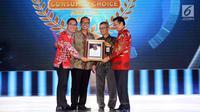 Dirut  Mandiri Inhealth Iwan Pasila (kiri) menerima penghargaan Best Financial Performance Life Insurance Company 2017, Rabu (27/9).  Ini sebagai Apresiasi kepada perusahaan asuransi berkinerja terbaik. (Liputan6.com)