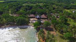 Pemandangan pantai Tanjung Lesung setelah tsunami menerjang daratan, Senin (24/24). Tsunami Selat Sunda menerjang lima kabupaten di Banten dan Lampung. (AP Photo/Achmad Ibrahim)