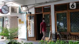 Pekerja mengantar jamu untuk pelanggan di kafe Suwe Ora Jamu, kawasan M Bloc, Jakarta, Jumat (10/7/2020). Kebiasaan mengonsumsi jamu di masa pandemi COVID-19 sangat baik untuk meningkatkan imunitas tubuh. (Liputan6.com/Herman Zakharia)