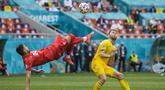 Ukraina berhasil memetik tiga poin pertama mereka di Euro 2020. Berhadapan dengan Makedonia Utara, Ukraina berhasil menang dengan skor 2-1 di pertandingan matchday kedua Grup C Euro 2020. (Foto: AP//Pool/Vadim Ghirda)