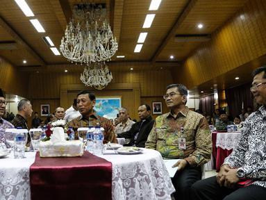 Menag Lukman Hakim Saifuddin dan Menko Polhukam Wiranto pada silaturahmi seluruh tokoh lintas agama dari seluruh agama dan ormas keagamaan di Jakarta, Senin (21/11). Acara itu guna mempererat silaturahmi antar umat beragama. (Liputan6.com/Faizal Fanani)