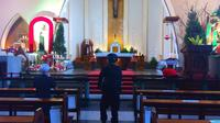 Seorang personel tim penjinak bom Polres Malang Kota mengecek Gereja Katedral Ijen Malang pada 24 Desember 2018 (Liputan6.com/Zainul Arifin)