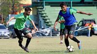 Aksi dua pemain Persebaya, Fandi Eko Utomo dan Robertino Pugliara, dalam sesi latihan tim. (Bola.com/Aditya Wany)