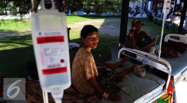 Sejumlah warga korban gempa duduk di tempat tidur rumah sakit saat mendapatkan perawatan di Rumah Sakit Umum Daerah Pidie Jaya, Aceh, Kamis (8/12). (Liputan6.com/Angga Yuniar)
