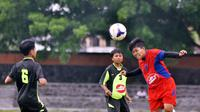 Pesepak bola putri bertanding dalam turnamen bertajuk Trofeo Bengawan Cup. Putri Mataram keluar sebagai juara dalam turnamen yang juga diikuti Putri Surakarta dan Putri Kediri. (Bola.com/Romi Syahputra)