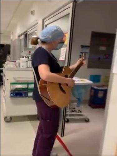 Perawat bernyanyi dan bermain gitar di depan bangsal ICU