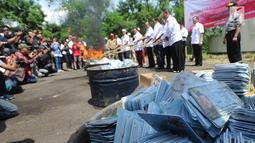 Petugas Kementerian Dalam Negeri (Kemendagri) membakar E-KTP rusak di Gudang Kemendagri di Bogor, Jabar, Rabu (19/12). Pemusnahan E-KTP rusak dilakukan dengan cara dibakar dalam drum. (Merdeka.com/Arie Basuki)
