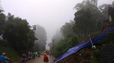 Longsor menutupi jalur Puncak, Bogor, Jawa Barat.