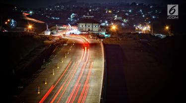 Sejumlah kendaraan saat melewati jalan tol fungsional Batang-Semarang Seksi V Kaliwungu-Krapyak, Jawa Tengah, Senin (11/6). Jalan Tol Batang-Semarang mulai beroperasi secara fungsional selama arus mudik dan balik. (Liputan6.com/Gholib)