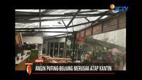 Angin kencang hantam atap kantin di Rasuna Garden, Kuningan, Jakarta. Beberapa orang yang tengah makan siang, kocar-kacir saat melihat atap kantin beterbangan.