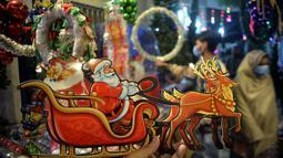 Sebuah dekorasi Natal terlihat di Peshawar, Pakistan barat laut (14/12/2020). Menyambut Natal, warga Pakistan mendekorasi rumah atau tempat ibadah agar lebih indah. (Xinhua/Umar Qayyum)