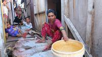 Warga beraktivitas di permukiman kampung bandan, Jakarta, Jumat (15/7).Nantinya masing-masing US$ 216,5 juta atau sekitar 2,8 triliun rupiah untuk perbaikan infrastruktur permukiman kumuh di Indonesia. (Liputan6.com/Angga Yuniar)