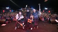 Tampaknya hijb tak membatasi totalitas Tantri Kotak saat perform di atas panggung. (Foto: instagram.com/tantrisyalindri)