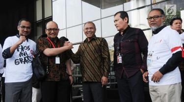 Penyidik senior KPK Novel Baswedan (dua kiri) berjabat tangan dengan Ketua KPK Agus Rahardjo (tengah) di Gedung KPK, Jakarta, Jumat (27/7). Novel Baswedan kembali bekerja setelah absen selama 16 bulan. (Merdeka.com/Dwi Narwoko)