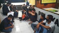 Remaja dan pria dewasa yang dibawa ke Polresta Pekanbaru karena melanggar jam malam dan terlibat pengeroyokan. (Liputan6.com/M Syukur)