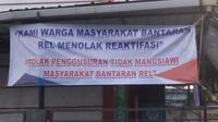 Spanduk penolakan reaktivasi rel kereta api Garut-Cibatu, Jawa Barat (Liputan6.com/Jayadi Supriadin)
