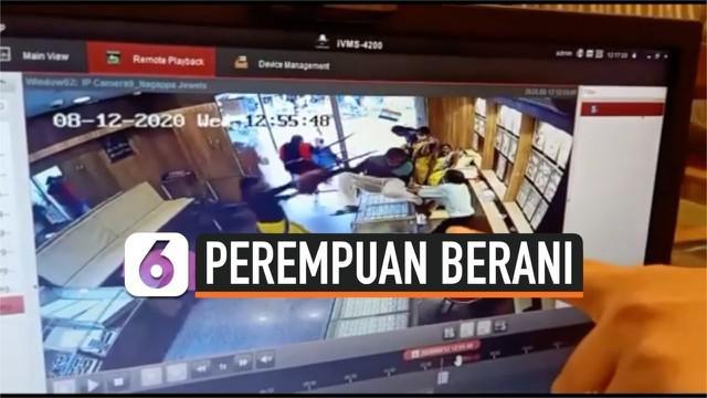 Perampok bersenjata tajam gagal mencuri toko perhiasan. Seorang perempuan menggunakan kursi untuk melawan dan mengusirnya dari toko.