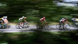 Pebalap berpacu pada track sepanjang 237,5 km pada edisi 103 Tour de France antara Saumur dan Limoges, (5/7/2016). (AFP/Jeff Pachoud)