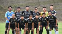 Tim kampung halaman Dedik Setiawan di Kabupaten Malang dengan seragam Borussia Dortmund. (Iwan Setiawan/Bola.com)