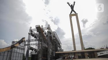 Pekerja memeriksa persiapan panggung yang mulai terpasang untuk acara pertunjukan salah satu stasiun televisi di Taman Lapangan Banteng, Jakarta, Rabu (11/3/2020). Pemprov DKI menangguhkan izin sejumlah kegiatan hiburan terkait pencegahan penyebaran virus corona. (Liputan6.com/Faizal Fanani)