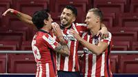 Striker Atletico Madrid, Luis Suarez, melakukan selebrasi usai mencetak gol ke gawang Getafe pada laga Liga Spanyol di Stadion Wanda Metropolitano, Rabu (30/12/2020). Atletico Madrid menang dengan skor 1-0. (AFP/Oscar Del Pozo)
