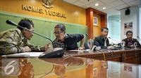 Suasana konferensi pers di Gedung Komisi Yudisial, Jakarta, Kamis (4/2). Komisi Yudisial (KY) kembali menerima usulan calon hakim agung Tahun 2016 untuk pengisian kekosongan jabatan hakim agung sejumlah 8 orang. (Liputan6.com/Faizal Fanani)