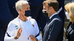 Dalam kunjungannya, presiden 43 tahun itu juga menyampaikan beberapa hal tentang dua pemain Prancis kepada pelatih, Didier Deschamps yaitu Kylian Mbappe dan Karim Benzema. (Foto: AFP/Pool/Franck Fife)