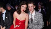 Lorde menggunakan bunga mawar putih versinya sendiri di Grammy Awards 2018 (instagram/justjared)