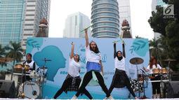 Para instruktur mencontohkan gerakan pada peserta dalam acara Andalan Freshtival Special Kartini Day di GBK Plaza Selatan Senayan, Jakarta, Minggu (21/4). Acara yang diikuti oleh ratusan perempuan tersebut diadakan dalam rangka memeringati Hari Kartini. (Liputan6.com/Immanuel Antonius)