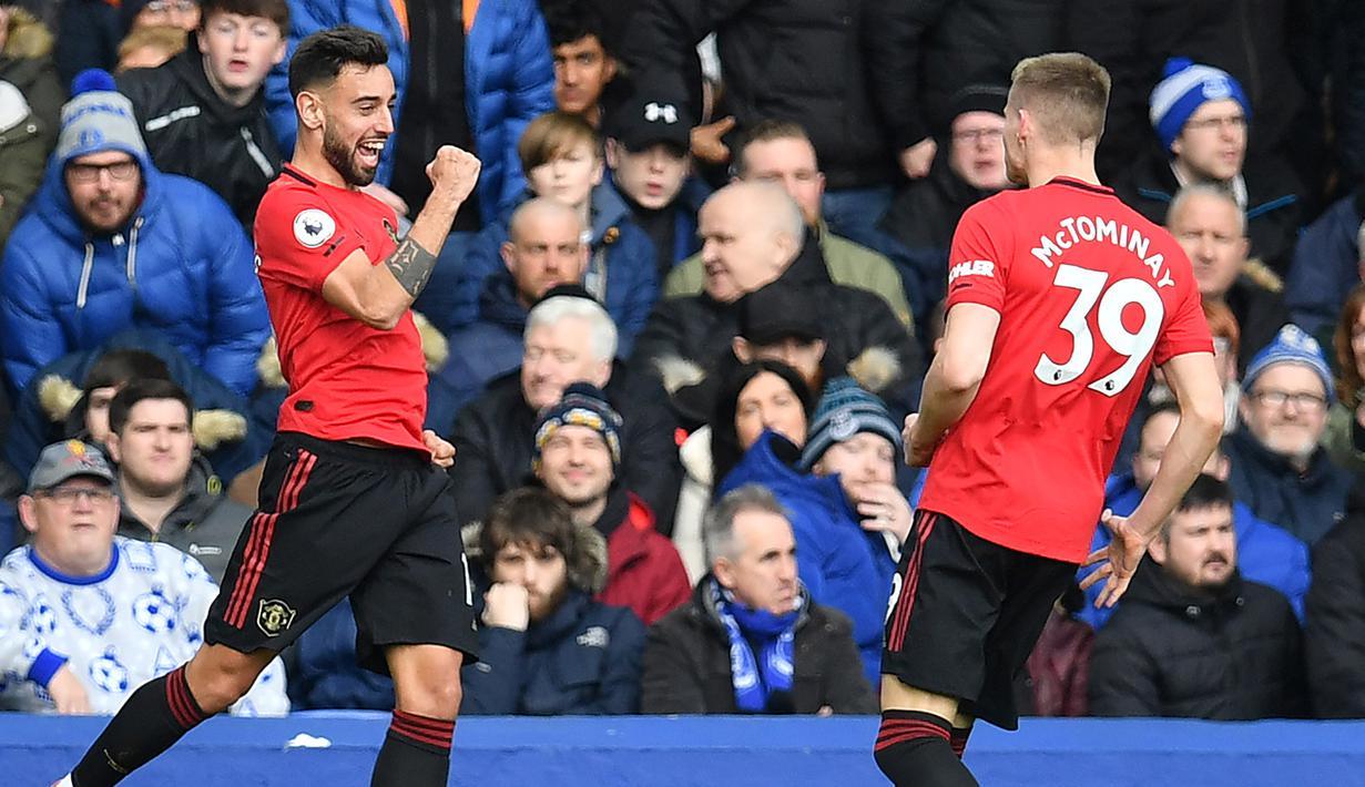 Gelandang Manchester United, Bruno Fernandes, melakukan selebrasi usai membobol gawang Everton pada laga Premier League di Stadion Goodison Park, Minggu (1/3/2020). Kedua tim bermain imbang 1-1. (AFP/Paul Ellis)
