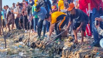 Cerita Wali Kota Azis Bersihkan Sampah Plastik di Pesisir Pantai Kota Cirebon